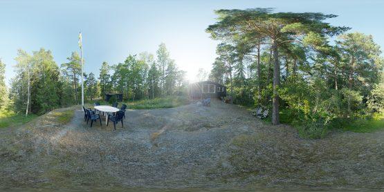 HDRI – Moderniststuga i skogen (sommar, tidig kväll) – förhandsgranskning av ekvirektangulär projektion (EV 8.95; Filmic Blender)