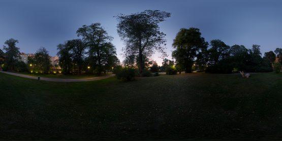 HDRI – Förbisedd stadspark (sommar, skymning) – förhandsgranskning av ekvirektangulär projektion (EV 2.55; Filmic Blender)