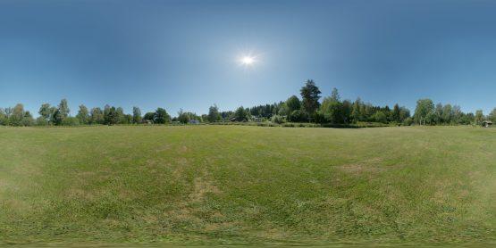 HDRI – Stor gräsmatta (sommar, middag) – förhandsgranskning (EV 12.65; Filmic Blender)