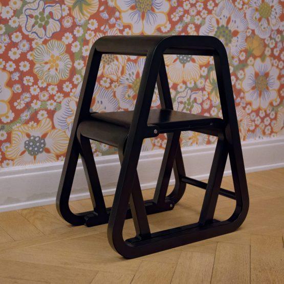 Lilla Sigma – svart trappstege i modern design – ifällt läge