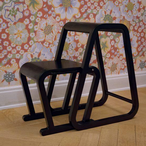 Lilla Sigma – svart trappstege i modern design – utfällt läge
