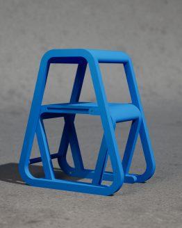 Lilla Sigma – blå trappstege i modern design – ifällt läge